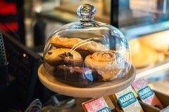 新月形面包和Brrowine在玻璃,咖啡店 图库摄影