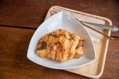 新月形面包在白色盘和木头板材的火腿乳酪有木头的 库存图片
