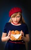 新月形面包女孩 免版税库存图片