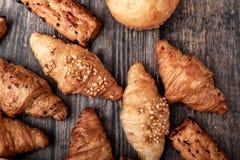 新月形面包小组和面包 免版税库存照片