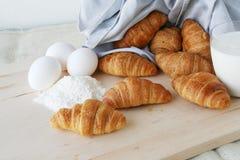 新月形面包怂恿牛奶 免版税图库摄影