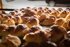 新月形面包新鲜从烤箱 图库摄影