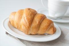 新月形面包早餐 库存图片