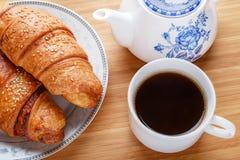 新月形面包早餐 免版税图库摄影
