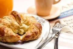 新月形面包早餐 免版税库存照片