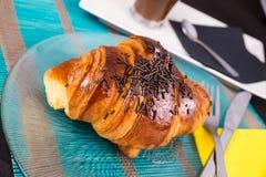 新月形面包早餐 免版税库存图片
