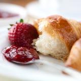 新月形面包果酱草莓 图库摄影