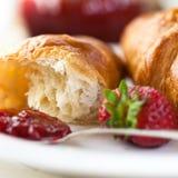 新月形面包果酱草莓 免版税库存图片