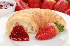 新月形面包橘子果酱草莓 库存照片