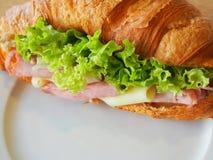 新月形面包火腿乳酪三明治 免版税图库摄影