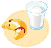 新月形面包牛奶 库存照片
