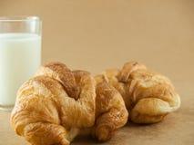新月形面包牛奶 免版税图库摄影
