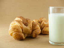 新月形面包牛奶 库存图片