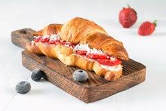 新月形面包用乳脂干酪和莓果 库存照片