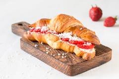 新月形面包用乳脂干酪和莓果 库存图片