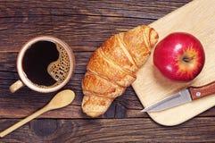 新月形面包用咖啡和苹果 免版税库存照片