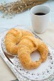 新月形面包用咖啡 库存图片