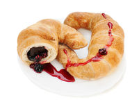 新月形面包用在牌照的巧克力和山莓果酱 库存图片