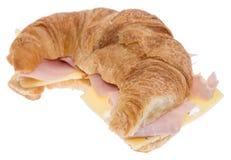 新月形面包用在白色的火腿和干酪 免版税图库摄影