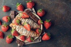 新月形面包用巧克力和草莓 图库摄影
