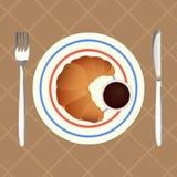 新月形面包用巧克力汁早餐 免版税库存照片