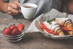 新月形面包用新鲜的草莓,乳清干酪 图库摄影