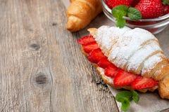 新月形面包用新鲜的草莓,乳清干酪 免版税库存照片