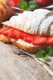 新月形面包用新鲜的草莓,乳清干酪 库存图片