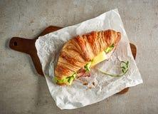 新月形面包用火腿和干酪 免版税库存图片