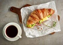 新月形面包用火腿和干酪 库存图片