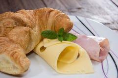 新月形面包用火腿和干酪 免版税库存照片