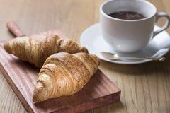新月形面包用热巧克力 库存照片
