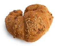 新月形面包用芝麻,在白色背景隔绝的南瓜籽 库存图片