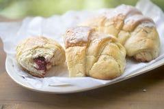 新月形面包用草莓酱 免版税库存照片