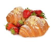 新月形面包用草莓 免版税图库摄影