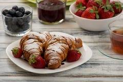 新月形面包用草莓 库存图片