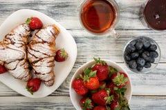 新月形面包用草莓 图库摄影