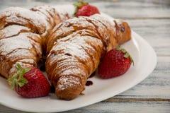 新月形面包用草莓 免版税库存照片