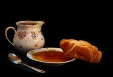 新月形面包用蜂蜜 免版税图库摄影