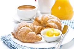 新月形面包用黄油、浓咖啡和橙汁早餐 免版税库存图片