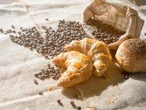 新月形面包组合和在太阳的咖啡豆祀奉 免版税库存照片