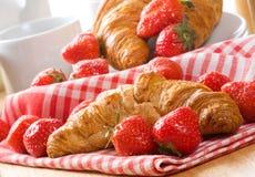 新月形面包草莓 免版税库存图片