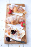 新月形面包草莓 库存照片