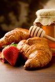 新月形面包蜂蜜草莓 免版税库存图片
