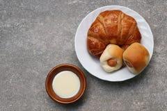 新月形面包面包 库存图片