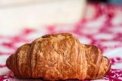 新月形面包,一大,可口新月形面包 库存图片
