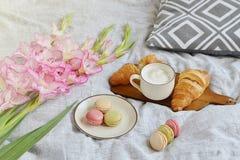 新月形面包,咖啡杯,蛋白杏仁饼干 库存图片