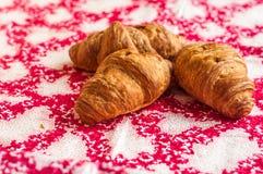 新月形面包,在桌上的大,可口新月形面包 新鲜的面包店 库存图片