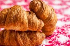 新月形面包,在桌上的大,可口新月形面包 新鲜的面包店 免版税库存照片