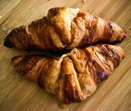 新月形面包 可口的新月形面包 新月形面包早餐 库存照片